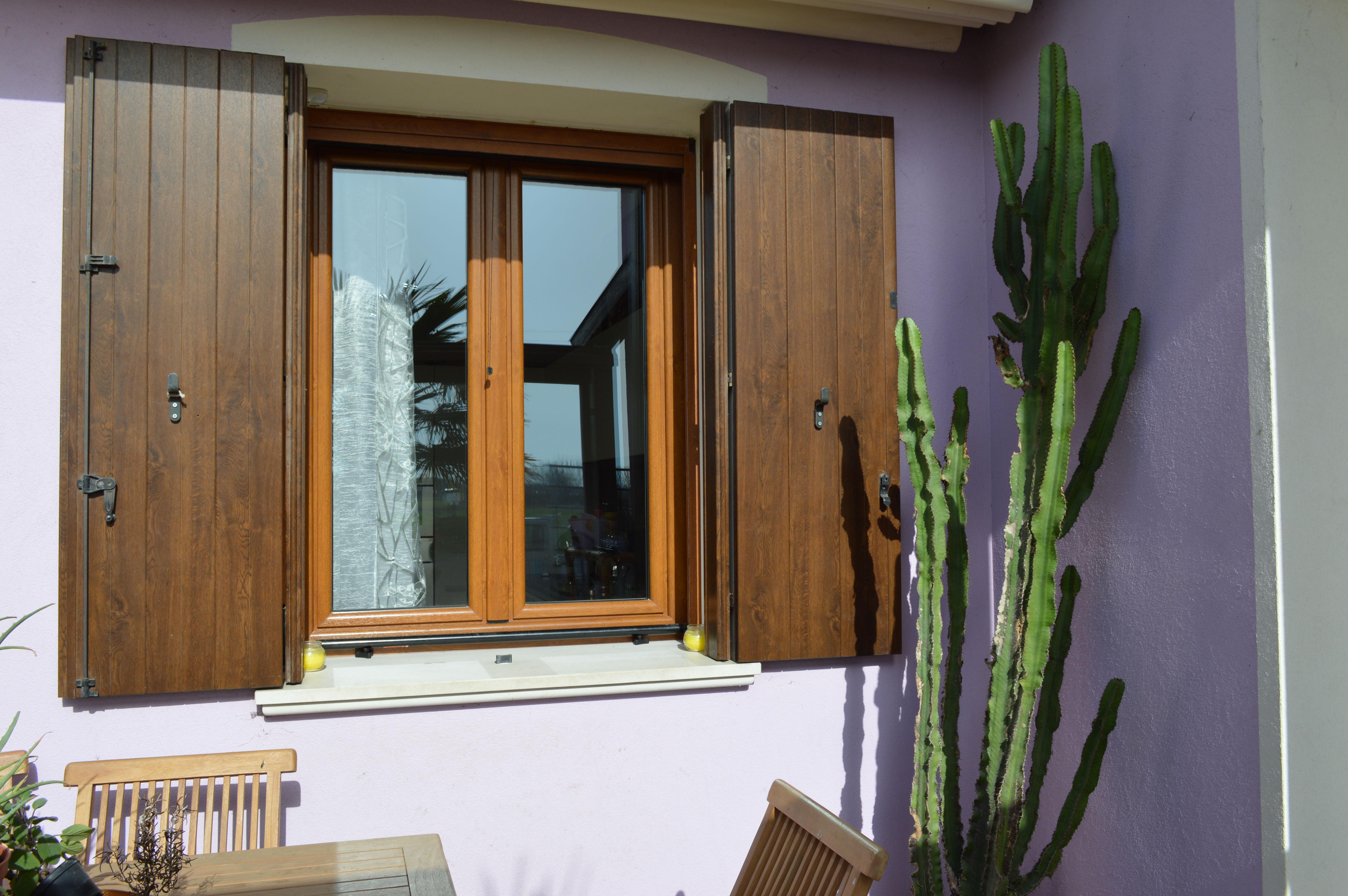 Finestra basculante porta per garage in alluminio porte and finestre carini da sezionali e - Finestre in legno prezzo ...